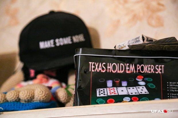 Об одном из увлечений Алекса — покере — говорит коробка с картами на полке