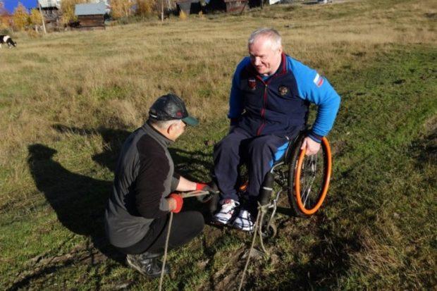 Инвалид-колясочник из Междуреченска покорил вершину Сыркаши