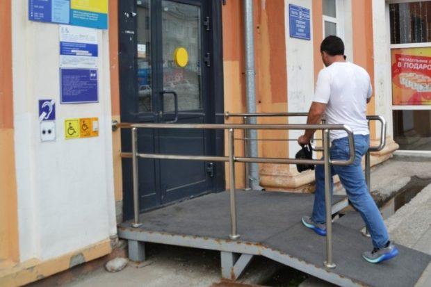 «Почта России» проиграла суд колясочнику по пандусу в Бердске