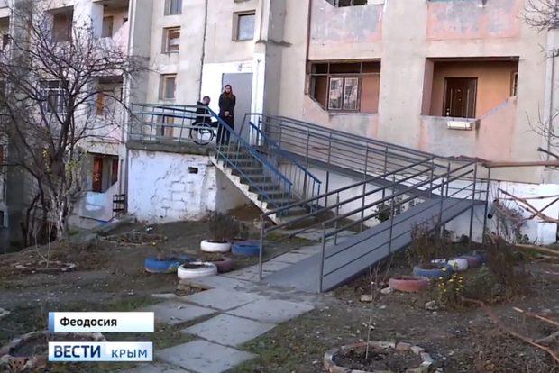 Колясочник из Крыма установил пандус за свой счёт