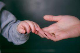 Помощь другим позволяет уменьшить боль
