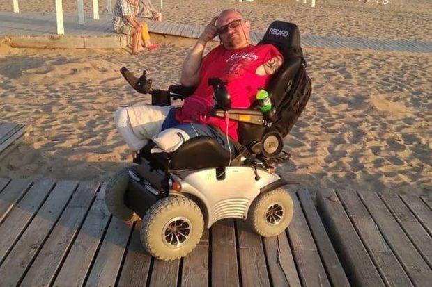 Инвалид-колясочник полкилометра полз до дома по лесу, чтобы не замерзнуть