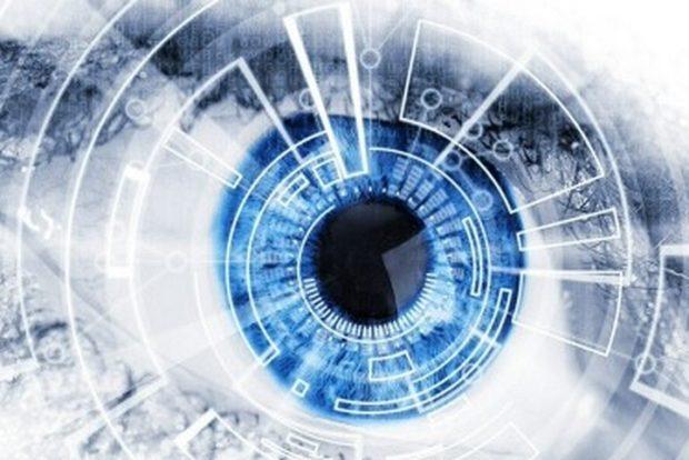 Ученые успешно подключили бионический глаз к мозгу слепой женщины