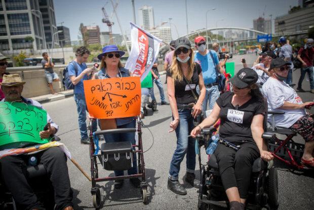 Люди в колясках перекрыли трассу Аялон