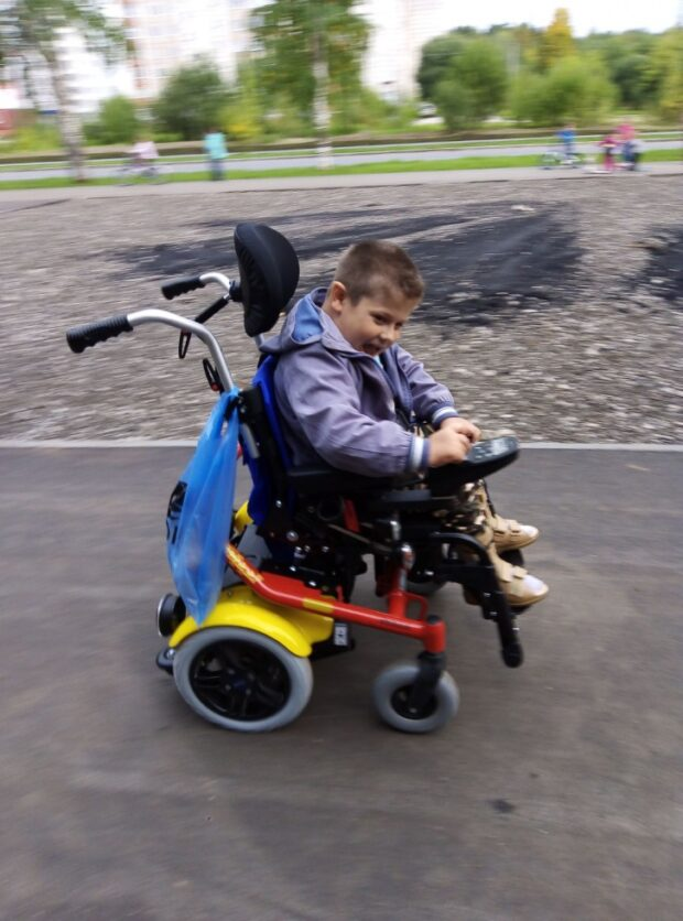 Игнат — очень жизнерадостный ребенок. День первого введения «Спинразы» стал для него вторым днем рождения