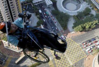 В коляске по стене небоскреба Нина-тауэр