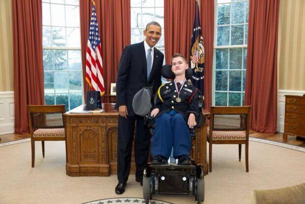 Джон родился со СМА. С детства Джон ничего не хотел больше, чем служить своей стране в качестве солдата