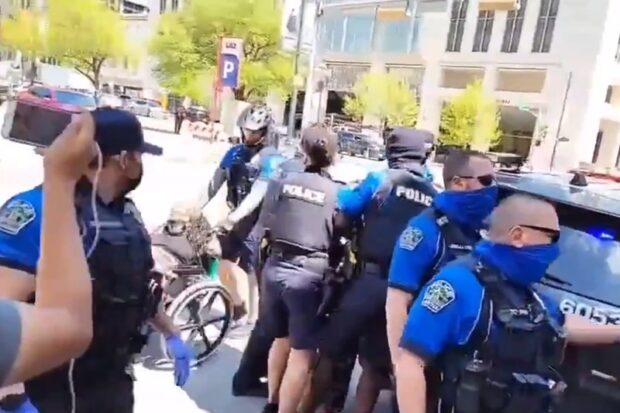 Девушка выпала изколяски из-за полицейского
