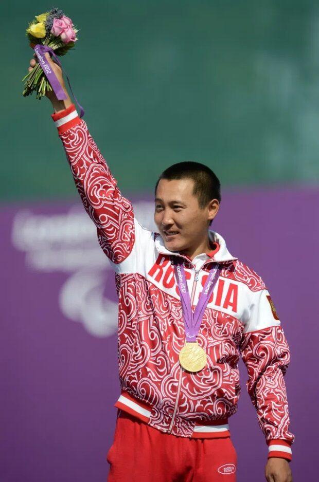 Тимур Тучинов на церемонии награждения призеров соревнований по стрельбе из классического лука на Паралимпийских играх 2012 в Лондоне