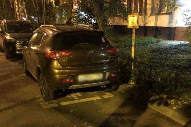 Капитан полиции на севере Петербурга упорно паркуется на месте для инвалидов
